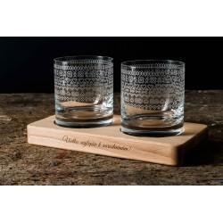 Folklorní motiv - gravírované sklenice na dřevěném podstavci - Great Vibes